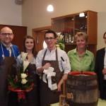Klaus Hölzl und Melanie Strommer mit Bgm. Roland Datler und Vertretern der Gemeinde